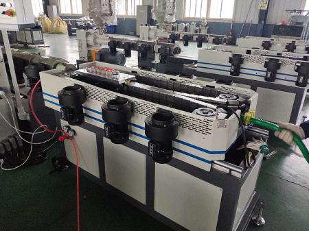 2018.12.15 EVA એક દીવાલ લહેરિયું પાઇપ નિર્માણ મશીન સફળતાપૂર્વક પરીક્ષણ કર્યું છે.  EVA વોશિંગ મશીન પાઇપ પેદા કરવા ઉપયોગ કરે છે.